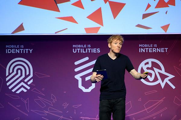 Stripe-ov Patrik Kolison predstavlja Atlas tokom prezentacije na Mobile World Congressu u Barseloni.